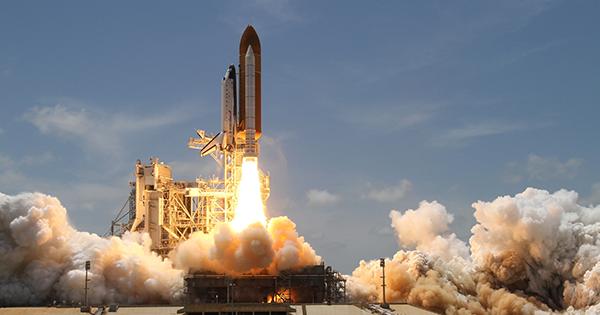Fotografia de uma nave espacial decolando rumo ao espaço. A imagem simboliza a consolidação do NIBO no ramo da solução contábil.